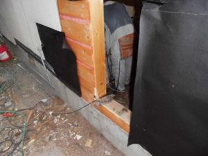 土台・柱・間柱を入替断熱材を入れ昔ながらのやり方でモルタル壁復旧します。(今回の内部結露は新築当時は良かれと言う工法で施工していたのですがそれが災いしていました)