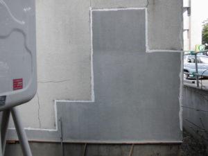新しいモルタルと古いモルタル際のひび割れ防止にコーキング処理